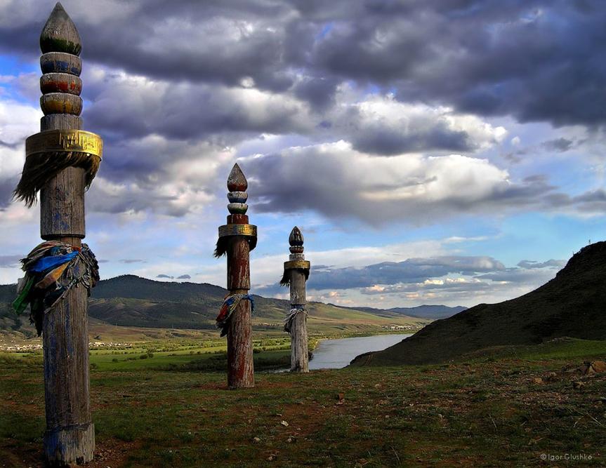 """Iklim di sini adalah iklim benua ekstrem. Musim dinginnya panjang, dingin, dan cerah. Musim panasnya pendek, dengan hari-hari yang panas dan malam-malam yang dingin. Curah hujan yang lebat hanya terjadi pada bulan Juli dan Agustus. Musim gugurnya hangat dan kering dan dikenal sebagai """"musim panas Indian"""" yang panjang. Iklim Buryatia baik untuk kesehatan karena sinar matahari melimpah, udaranya kering dan jarang berawan."""