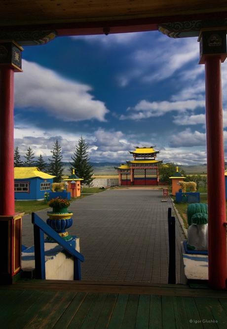 Ulan-Ude adalah kota di mana golongan ekstrem berikut ini tampaknya hidup harmonis bersama-sama: Pedagang di sisi Buddha Buryat, budaya Rusia Eropa di samping budaya Mongolia Asia.