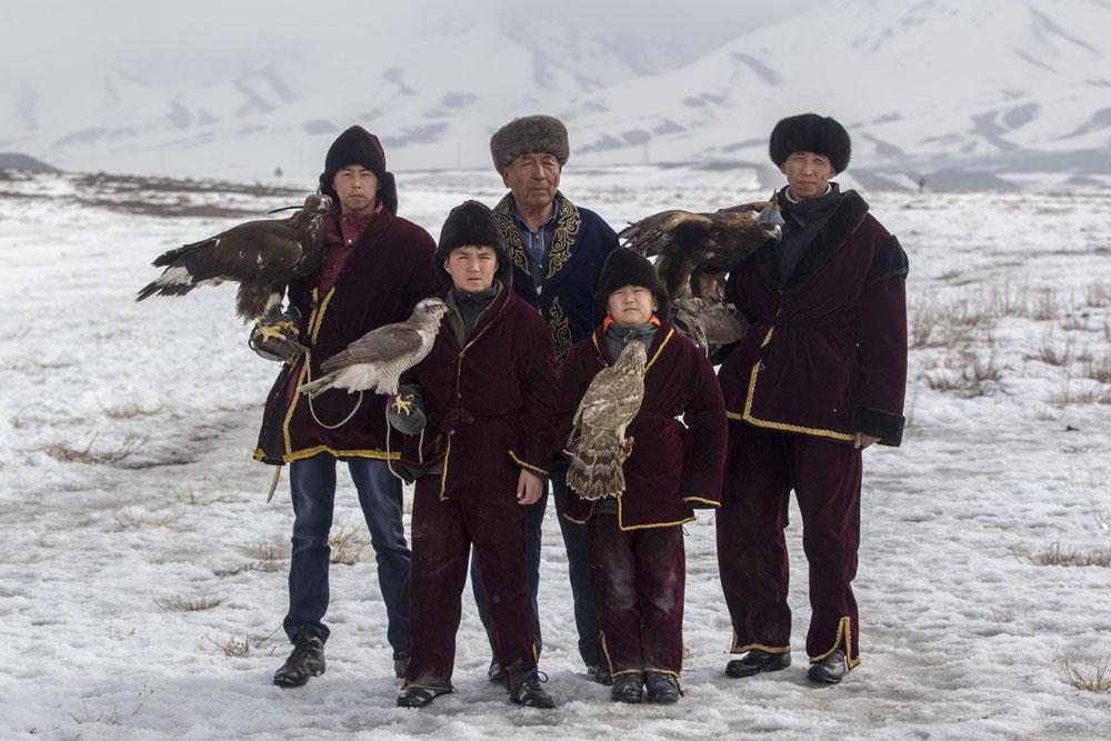 La fauconnerie est l'une des variétés de chasse avec des oiseaux de proie les plus spectaculaires. En règle générale, les oiseaux apprivoisés sont des faucons ou des éperviers. La chasse à l'aigle royal est un art traditionnel des steppes eurasiennes, en particulier en Asie centrale.