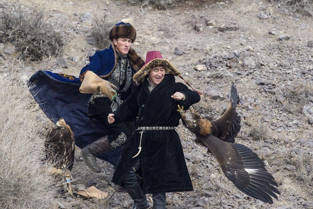 鷹狩り用の狗鷲を育てる最も重要なポイントは、鳥に寝ることを許さないことである。常にトレーナーの視界にあり、鳥が寝そうになると、巣を揺らすか、水をぶっかけなければいけない。