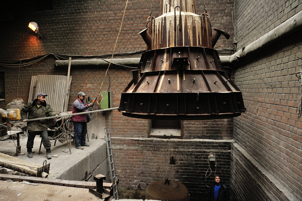 鐘はまず設計図に描かれ、制作者はパターンや金型を生産する。