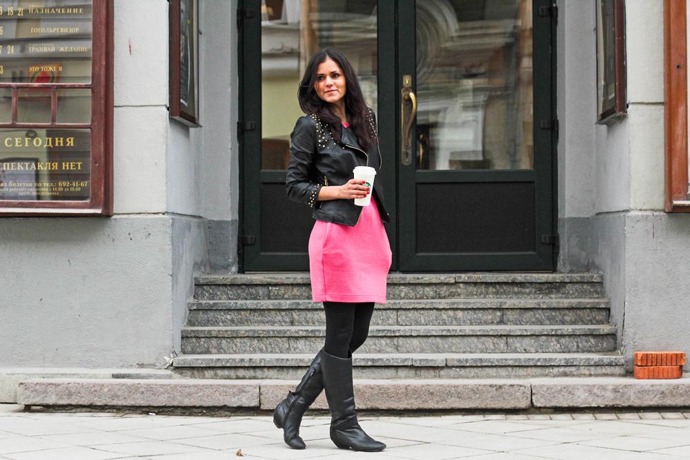 """Jekaterina, 25, Fotografin. // """"Ich trage nur grellfarbige Kleider, sonst würde mir bereits mit dem Start in den Tag langweilig werden""""."""