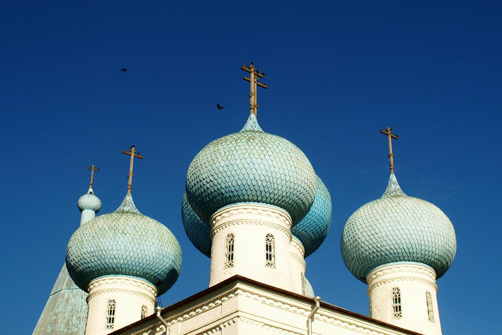 """アルハンゲリスクはロシア北部の""""首都""""であり、バレンツ海沿岸最大の都市だ。ここでは古いものと現代的なものが隣り合わせにある。アルハンゲリスクは天 使の名を冠した、ロシアで唯一の都市で、大天使ミハイル(正教の呼び名は、天使首ミハイル)にちなんで名付けられた。そのためもあって、かつては数多くの教会と聖堂があり、今日もそのいくつかが残っている。再建中のものもある。"""