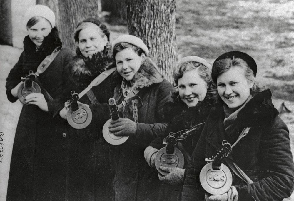 A partir de 1939, as mulheres soviéticas passaram a ter o direito de prestar serviço militar. Nos primeiros dias da Grande Guerra Patriótica, quando o exército alemão se aproximava de Moscou, unidades de voluntárias começaram a se formar na capital.