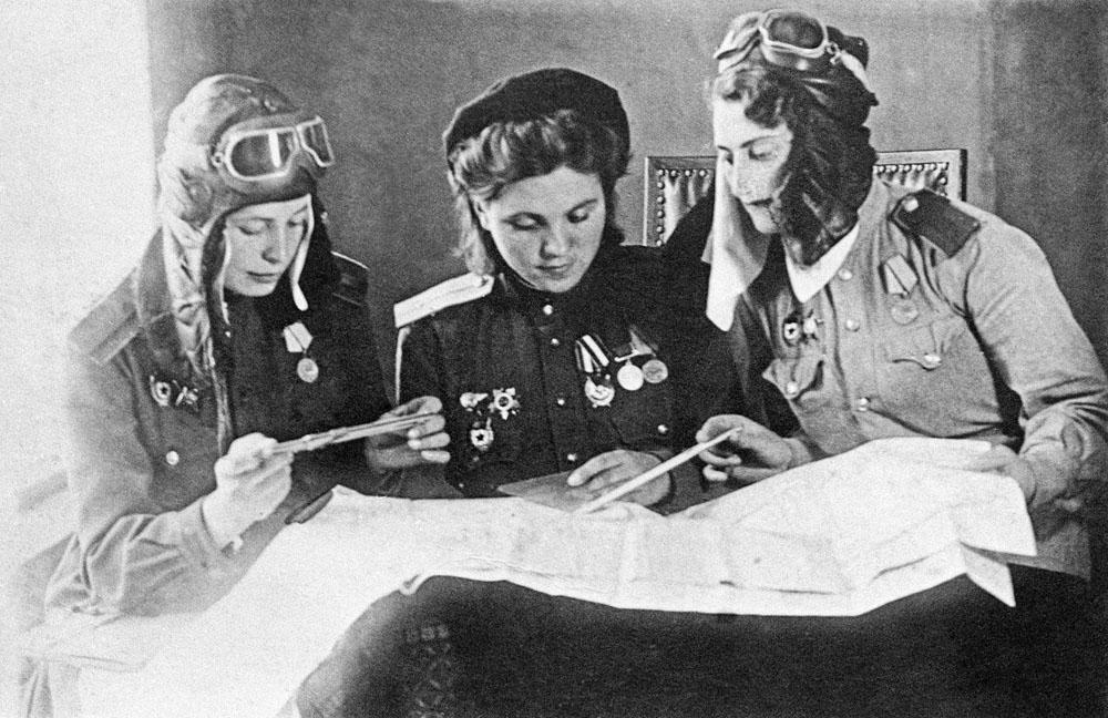 As pilotos soviéticas deram uma grande contribuição para alcançar a vitória sobre o inimigo. Na foto, mulheres piloto antes da decolagem para combate, em 1944.