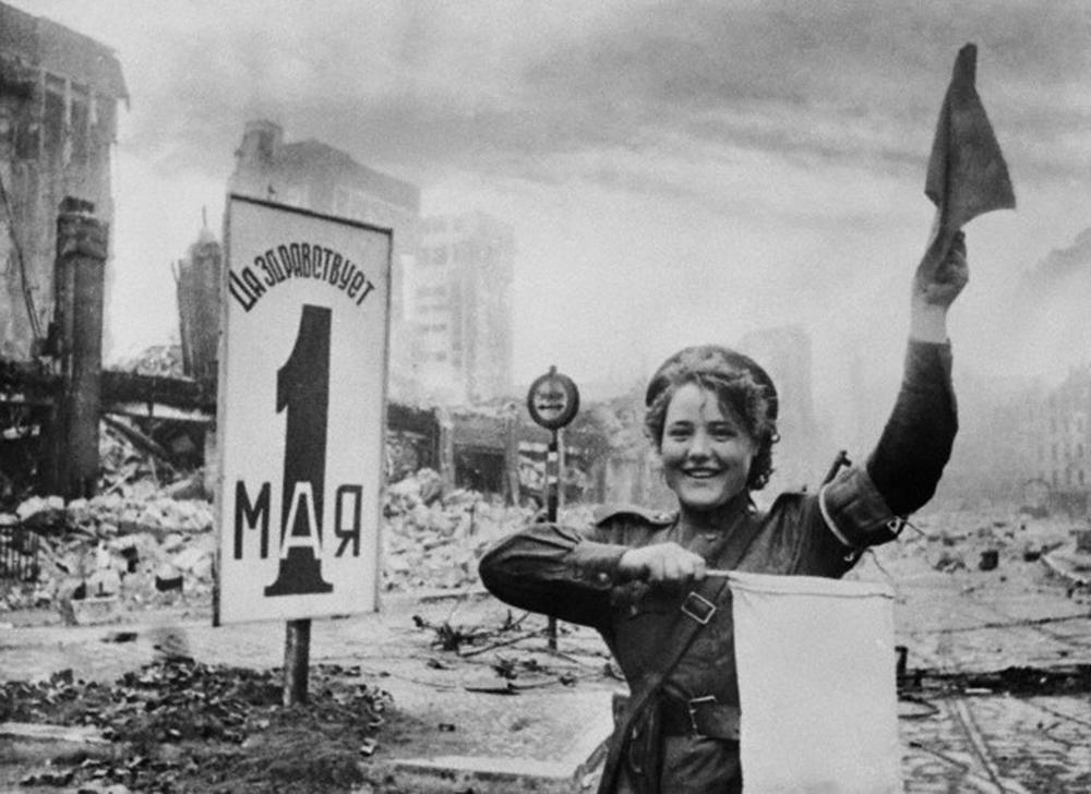 Na primavera de 1945, em Berlim, o fotógrafo Evguêni Khaldei tirou uma foto famosa: tendo como pano de fundo o portão de Brandenburgo, uma garota controladora de tráfego comanda a passagem das  tropas soviéticas. A fotografia tornou-se uma espécie de símbolo da vitória do exército soviético sobre o fascismo. Ela foi publicada repetidas vezes por jornais e revistas em todo o mundo. Na foto: Maria Chalneva orienta o movimento do equipamento militar soviético perto do Reichstag, em Berlim.
