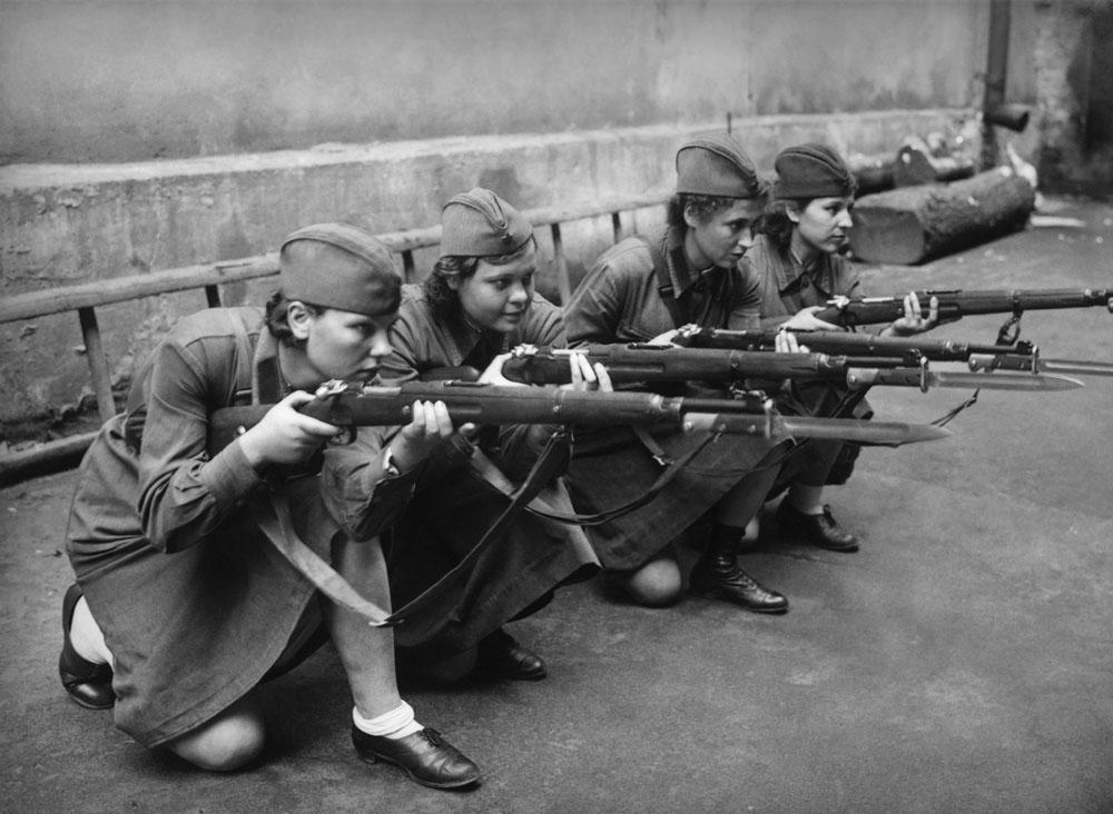 Durante a guerra, as mulheres não serviam no Exército Vermelho, mas apenas em cargos de apoio, como enfermeiras ou no correio. Elas trabalhavam no Exército de defesa aérea, comunicações, segurança interna e nas estradas militares. Havia também as divisões de artilharia. Para ingressar nessas unidades, as jovens deviam passar por um treinamento especial. Na foto, mulheres recebem treinamento de tiro, em 1941, em Moscou.