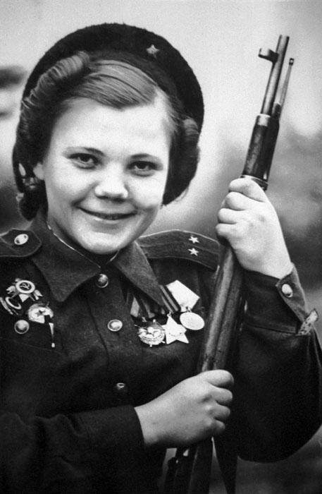 Nina Lobkovskaia é outra  franco-atiradora notável. Em 1942, logo após terminar a escola, Nina decidiu ir para o fronte, quando tinha apenas 17 anos. Após se formar na escola de franco-atiradores para mulheres em Moscou, ela trilhou um glorioso caminho de batalha: libertou Leningrado, a Polônia e chegou até Berlim.