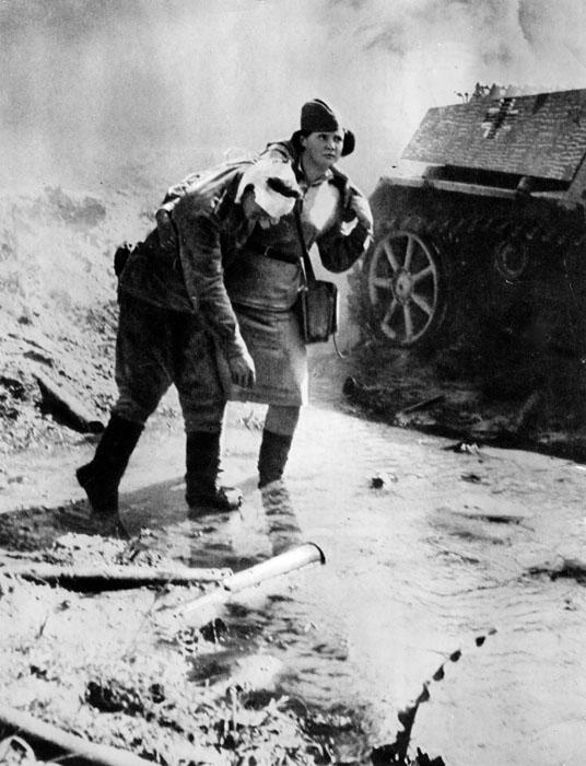 A mobilização de mulheres médicas teve início a partir dos primeiros dias da guerra. Cerca de metade dos médicos então eram mulheres. Muitas jovens iam para o fronte de guerra para ajudar como enfermeiras e atendentes. Na foto, enfermeira presta ajuda a um soldado ferido no fronte.