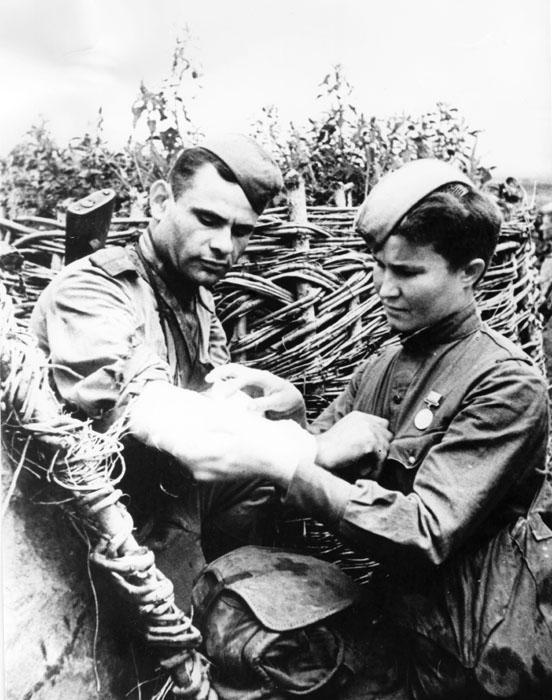 De acordo com estimativas mais recentes, enfermeiras e médicas soviéticas ajudaram a curar mais de 70% dos feridos durante a Segunda Guerra Mundial. Quinze médicas receberam o título de Herói da União Soviética por sua coragem especial. Na foto, enfermeira coloca curativo em um soldado ferido durante a batalha de Kursk, em 1943.