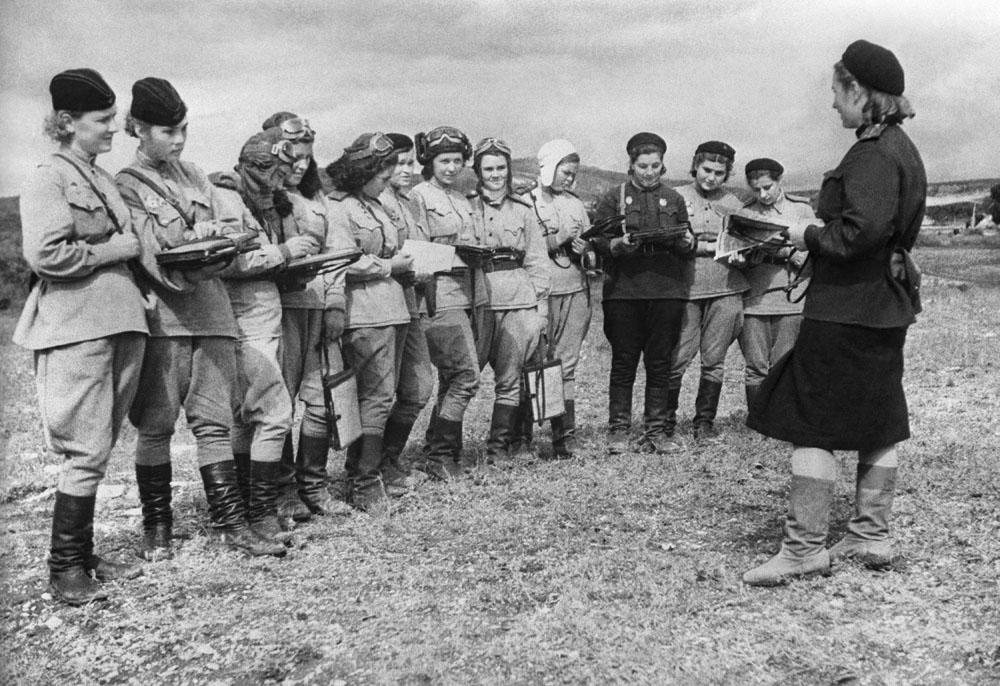 As mulheres também lutaram na força aérea. Foram criados regimentos aéreos femininos de caças e fuzileiros. Na foto, mulheres do 46º regimento de bombardeiros de mergulho leve.