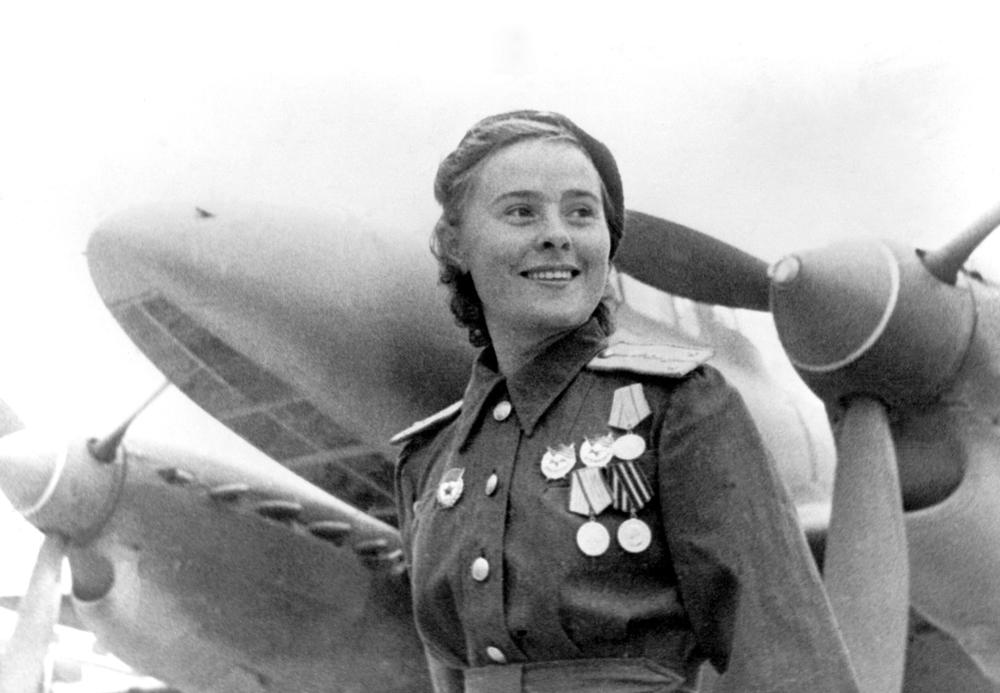 Maria Dolina é uma heroína da União Soviética. Completou 72 voos a bordo do avião de mergulho PE-2; lançou 45 toneladas de bombas sobre o inimigo. Em seis combates aéreos derrubou 3 caças do inimigo.