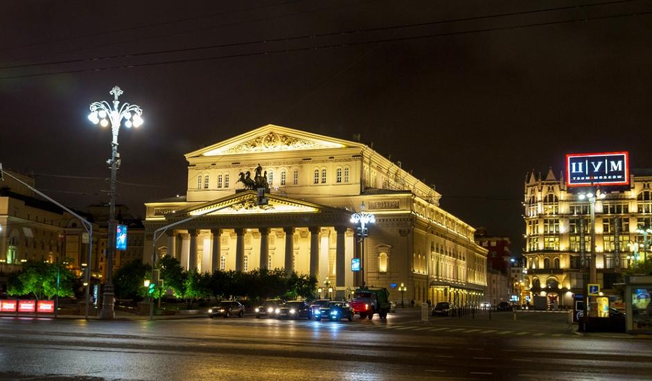 """Boljšoj teatar. Boljšoj teatar jedno je od najvećih kazališta na svijetu, teatar svijetle tradicije i nezaboravne atmosfere. To je druga po veličini operna kuća u svijetu (prva je milanska """"Scala""""), a grandioznost i umjetnička snaga ovdje se susreću isprepleteni na svakom koraku - od impresivne statue Apolona koja krasi pročelje, do poznatog impresivnog stila baletne koreografije."""