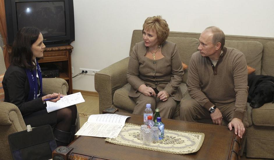 9/9. Премијер Русије Владимир Путин и његова супруга Људмила разговарају са пописивачем током пописа становништва одржаног на територији целе земље. Резиденција у Ново-Огарјову недалеко од Москве. 16. октобар 2010.