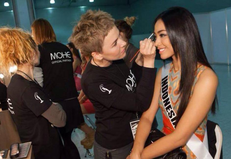 Whulan mempersiapkan diri sebelum wawancara profil para kontestan. Kecantikannya luar biasa sangat khas Indonesia.