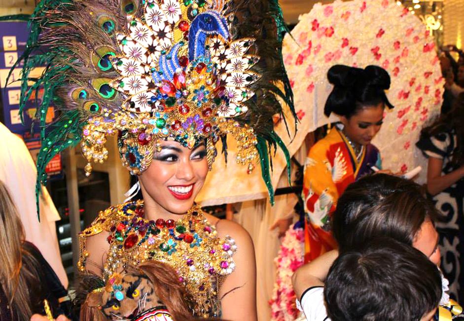 Puteri Indonesia Whulandary Herman berpartisipasi dalam kompetisi internasional Busana Nasional.