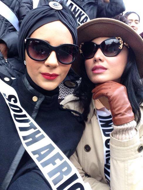 Miss Afrika Selatan (kiri) dan Miss Indonesia (kanan).