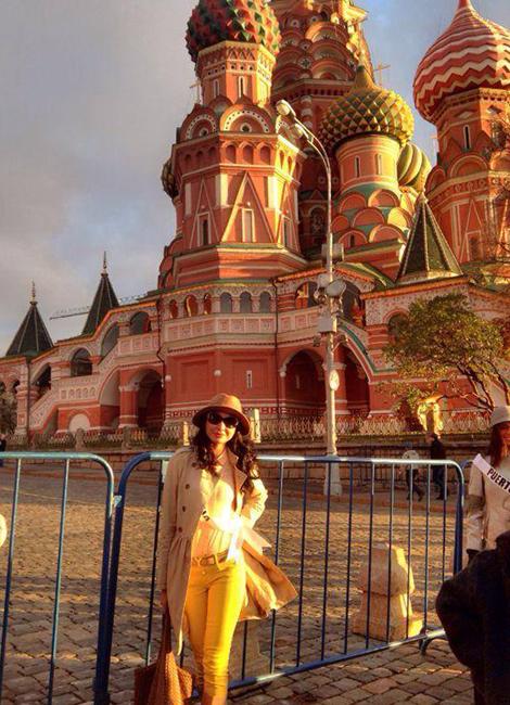 Whulan saat berkunjung ke Lapangan Merah, Moskow, bersama para peserta kompetisi Busana Nasional
