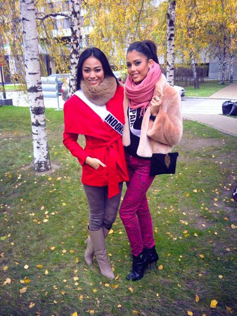 Whulan bersama Miss Spanyol berpose di depan pohon bereza, salah satu simbol negara Rusia.