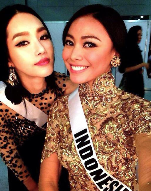 Berbalut kebaya, Miss Indonesia Whulan Herman berfoto bersama Miss Korea Yumi Kim.