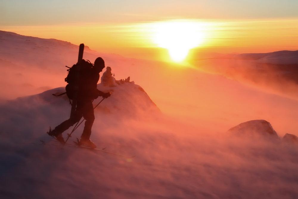 La montagne ! Je ne peux m'empêcher de le clamer. Les épines de glace, de métal, de feu, ce vent glacial indompté, insurmontable. Pas d'abri à l'horizon.