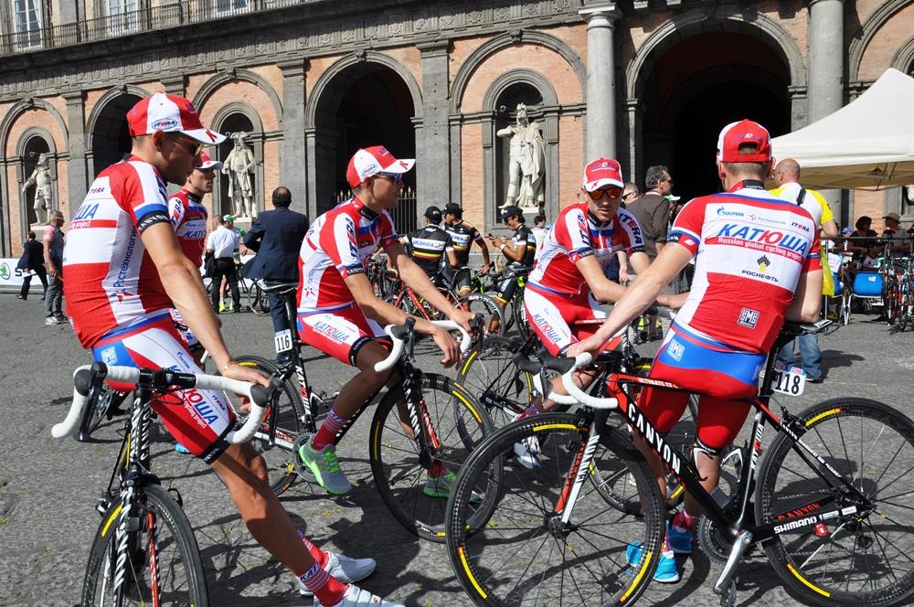 Gli atleti del team Katusha in attesa della presentazione delle squadre