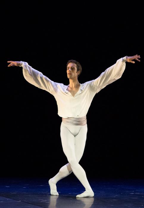 La marque de fabrique de Noureev renaissait dans les mouvements fluides de la première danseuse.