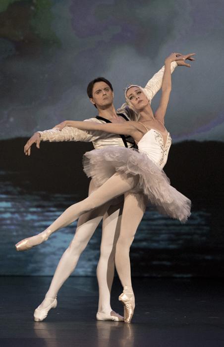 De tous ses compères de la même génération, seul le jeune et bouillant Noureev se permettait une grande frivolité. Le condensé de la biographie du danseur au début de la deuxième section a été compilé par la Fondation Noureev à partir d'enregistrements inconnus jusqu'alors.