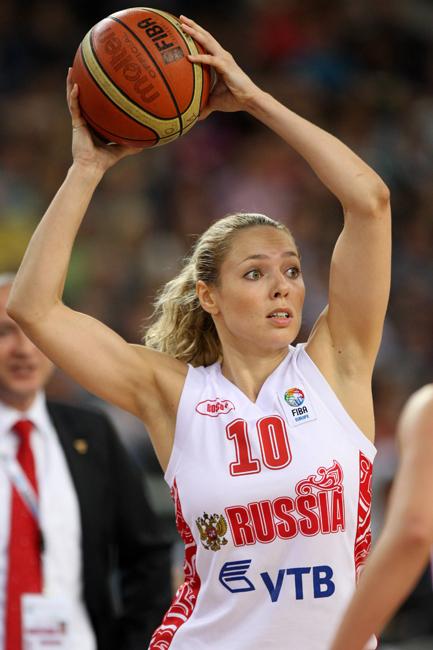 A l'âge de 17 ans Ilona déménage en France avec sa mère, où elle intègre le club sportif « le Bourget ». La jeune fille s'est vue proposer de jouer dans l'équipe nationale française de basketball mais elle choisit de continuer à jouer pour la Russie.