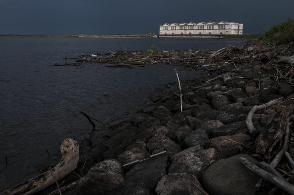 Во текот на 1930-те 4.500 квадратни километри во околината на Рибинската хидроцентрала се потопени кога е правено акумулационото езеро. Над 700 села, три манастири и четириесетиниа цркви, поседи на поранешни благородници и природни резервати – сето тоа тогаш е уништено.