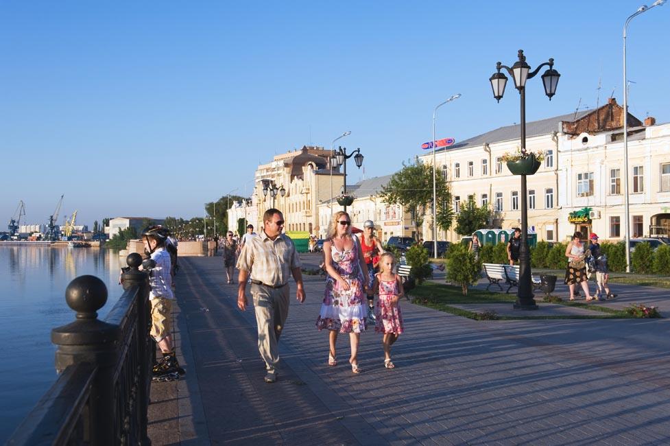 Astrakhan ha anche il suo Cremlino. Fu costruito tra il 1580 e il 1620 con mattoni provenienti da Sarai Berke. Le due imponenti cattedrali furono consacrate, rispettivamente, nel 1700 e nel 1710. Costruite da architetti di Yaroslavl, conservano le caratteristiche tradizionali dell'architettura religiosa russa, mentre le decorazioni esterne sono decisamente barocche