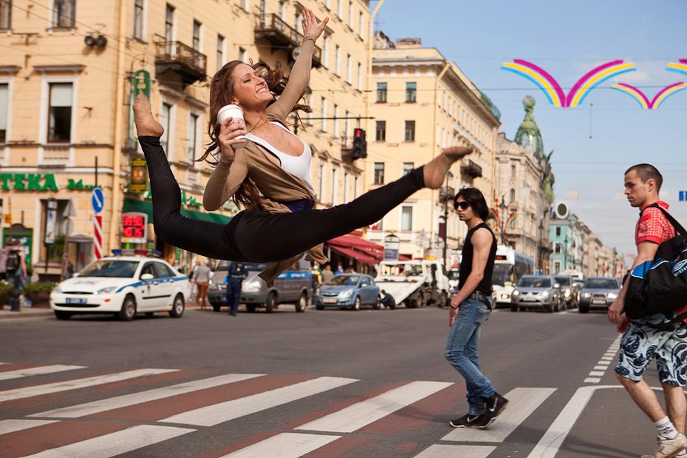 ダリヤ・コテリニコワ、新体操のプロ;ネフスキー大通り//ダンサーを撮影した100枚の写真からすでに60枚を公開している。通りでダンサーが躍動する写真だ