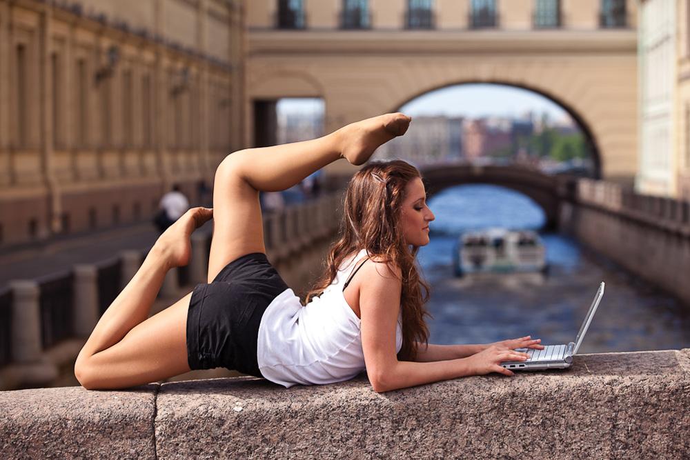 ダリヤ・コテリニコワ、新体操のプロ;冬運河//パリやニューヨークにも類似のプロジェクトがあるがビタリーさんはサンクトペテルブルクで実現したかった。この街の美しさと才能豊かな人を新しい手法で紹介するために