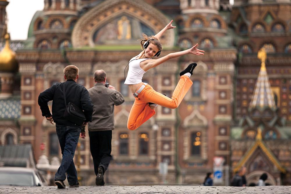 タチアナ・ゴムジナ、曲芸師;グリボエードフ運河 //街角の写真で人が主役になるのはまれだ