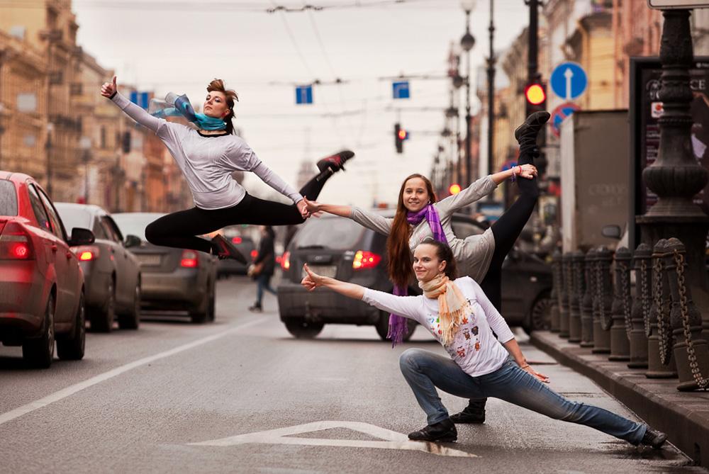 ダンサーは散歩したり コーヒーを飲んだり 店を見たり音楽を聴いたり 雨にぬれたり 新聞を読んだり