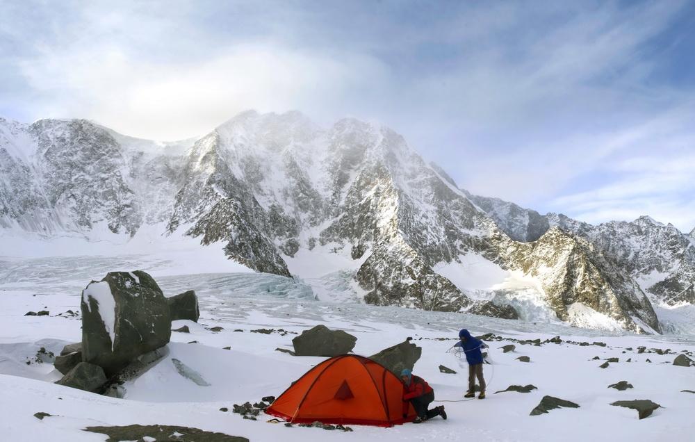 セルゲイ・アレクサンドロフ氏はサンクトペテルブルク出身の写真家で、登山中の事故で両脚を失った。写真のキャプションは、登山についての同氏の執筆から抜粋したものだ。