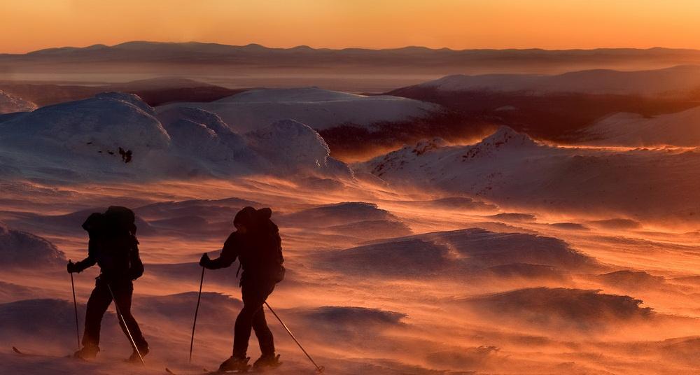 北極圏の夜:好き勝手に吹く風によって雪片が舞い上がると、鉄の火花のように凝縮され、霧の雲の中に蓄積していく。すると今度は驚異的な大嵐へと変貌する。
