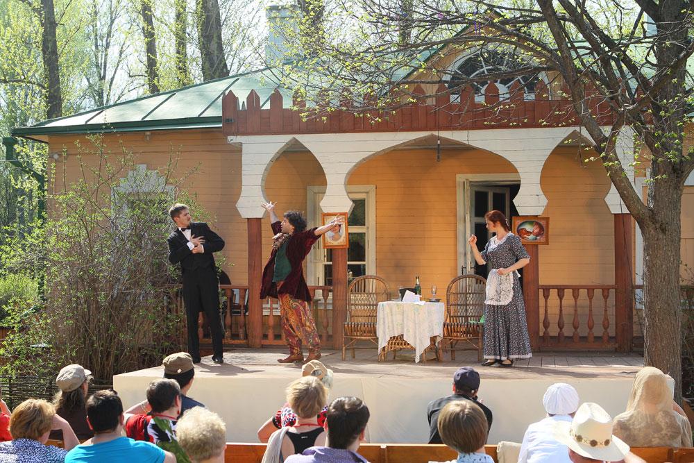 メリホヴォ・チェーホフ邸宅博物館という伝統的な会場によりそのユニークさは決まる。邸宅の自然な環境は、チェーホフの作品、もしくはチェーホフに関する作品の上演からなるメリホヴォ祭に影響を及ぼす。