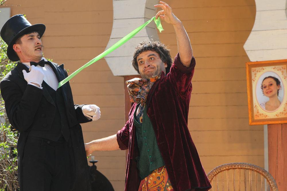 伝統は、チェーホフの「かもめ」博物館で最初に上演された1982年に始まった。演劇祭は2000年に国際的になった。