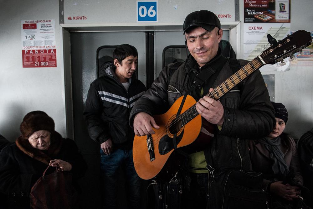 ミュージシャンが電車の中で演奏している。30分電車に乗っている間に、12以上の様々な物売り、大道芸人、詩人、歌い手や乞食が出てくる。