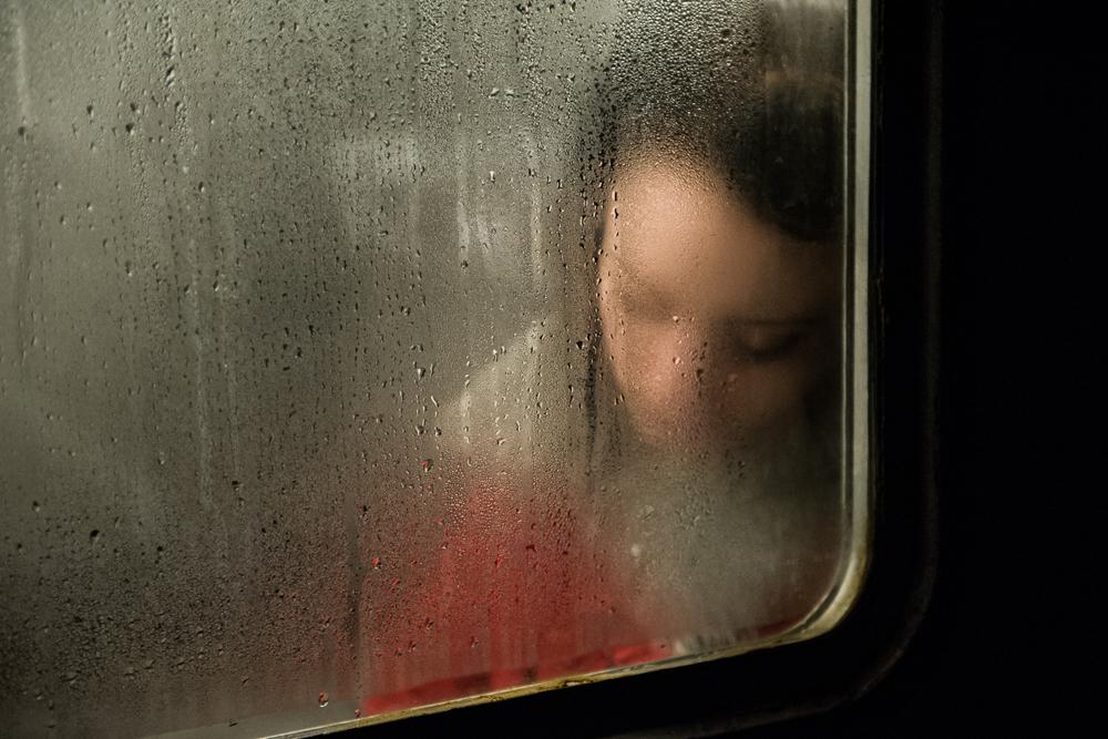電車の中で眠る少女。通常の週5日間の勤務は非常に疲れる。毎日の公共交通機関での通勤は、さらにエネルギーを吸い取る。