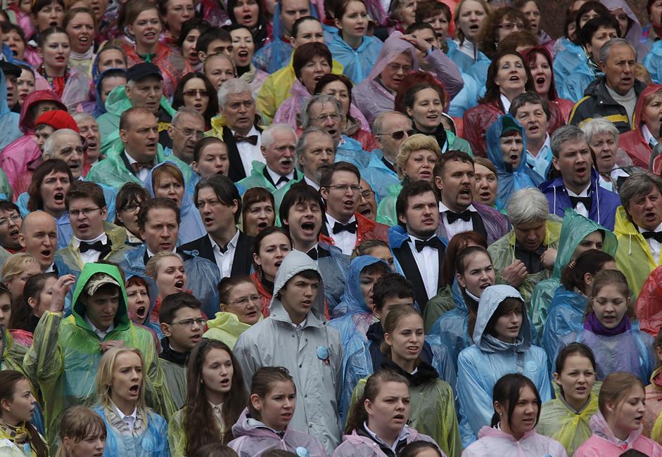 In etwa 4.300 Menschen feierten den 310. Geburtstag ihrer Stadt, indem sie einen Rekord brachen. Sie sangen eine ganze Stunde lang vor der Isaak-Kathedrale und boten damit den größten Chorauftritt.