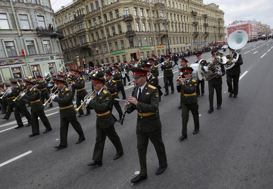 Sänger jeden Alters und unterschiedlichster Erfahrung nahmen an diesem Rekord teil und sangen 14 patriotische Lieder. Das Ereignis war nur eines vielen, die zum Jahrestag von St. Petersburg durchgeführt wurden.