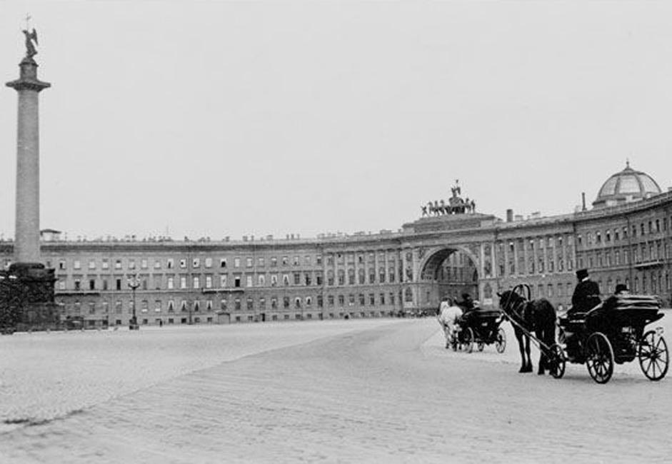 Es gab auch eine Straßenbahn-Parade, bei der Schienenfahrzeuge der verschiedensten Epochen durch die Straßen St. Petersburgs fuhren.