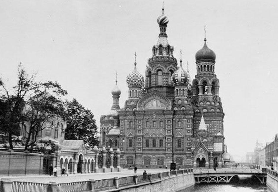 Die Stadt wurde 1703 vom russischen Zar Peter dem Großen gegründet. Zuerst wurde eine Festung errichtet, aber bald schon entstand hier der größte Seehafen des Russischen Reiches. Wohl deshalb wurde die Stadt auch als Fenster nach Europa bezeichnet.