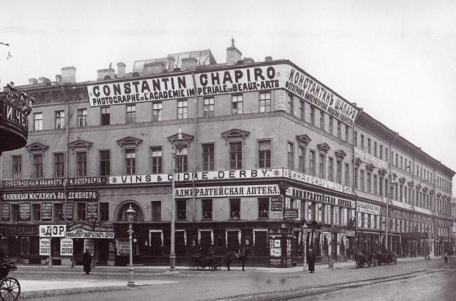 1918 wurde die Hauptstadt des Landes nach Moskau zurückverlegt und St. Petersburg erhielt zu Ehren Wladimir Lenins offiziell den Namen Leningrad verliehen.