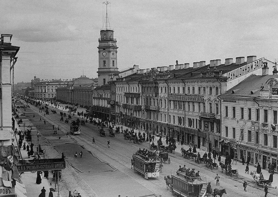 Doch zuvor, mit Beginn des Ersten Weltkriegs, wurde die Stadt in Petrograd umbenannt, weil der alte Name zu Deutsch klang. 1991, als die Sowjetunion unterging, erhielt die Stadt ihren ursprünglichen Namen zurück - St. Petersburg.
