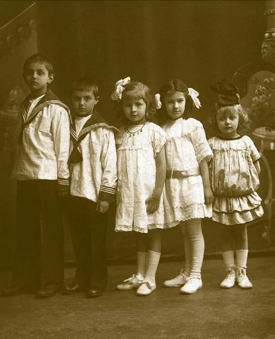 優れたファッション史研究家アレクサンドル・ワシリエフ氏は、35年に渡って古い写真を集めてきた。時系列のアルバムは、紙に現像された写真がロシアに現れた1850年代末に始まり、ロシア帝国時代が終焉した1917年に終わっている。このアルバムの写真から、子供のファッション史だけでなく、ロシア史も感じとれる