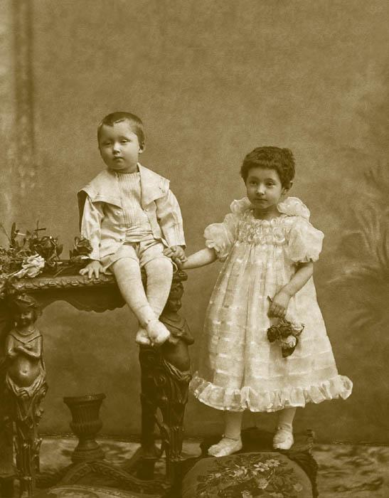 Les costumes de marin pour les garçons dans les années 1900 étaient constitués d'un uniforme de marin en miniature. Les vestes de marin pour enfants étaient blanches avec un col bleu et des cordons blancs sur les bords; sous la veste il y avait un vêtement rayé qui ressemblait à un gilet de marin sans manches.