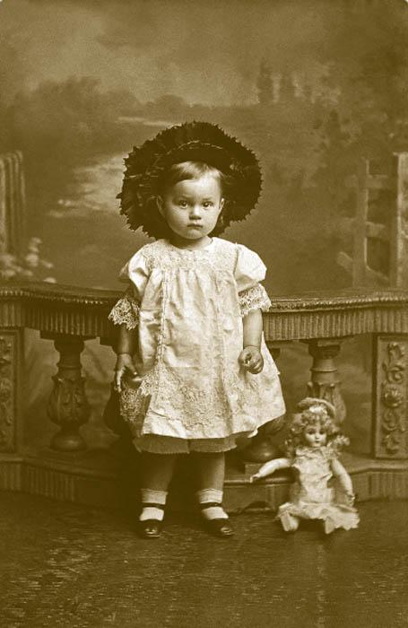 Une nouvelle approche pour les robes des filles est venue des États-Unis : les jupes plissées avec un petit empiècement sur le dessus. Le style donnait à l'enfant une totale liberté de mouvement, et en raison de son aspect pratique elle est restée en usage depuis une centaine d'années. Un nouvel élément dans la mode pour filles était l'élégant chapeau élevé « cabriolet » dans le style des années 1830, fait de feutre et garni de plumes d'autruche noires et de rubans en taffetas.